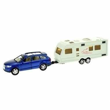 Blauwe speelgoed auto met caravan aanhanger