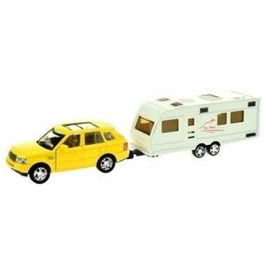 Gele speelgoed auto met caravan aanhanger