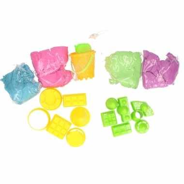 Magisch speelzand roze blauw paars groen met kasteel vormpjes en emmer speelgoed